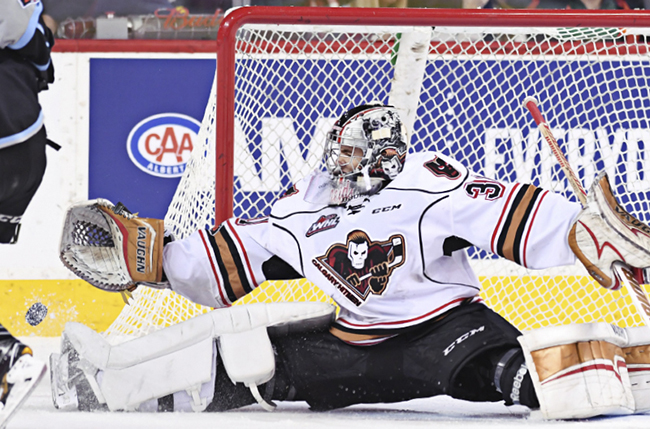Calgary Hitmen goley making a save